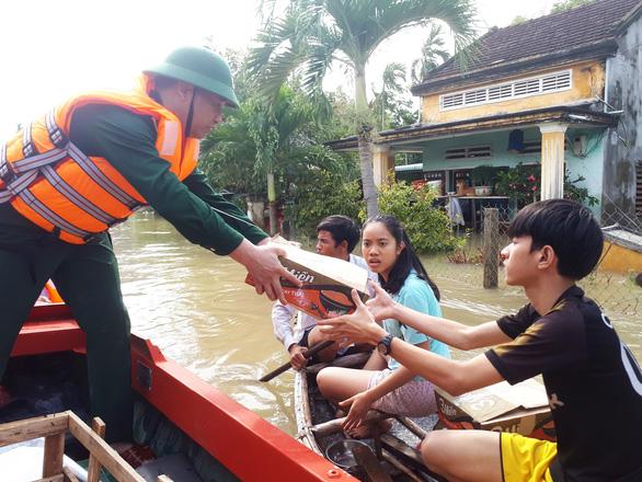 Bộ đội vượt lũ dữ cứu trợ dân Quảng Nam bị cô lập - Ảnh 8.