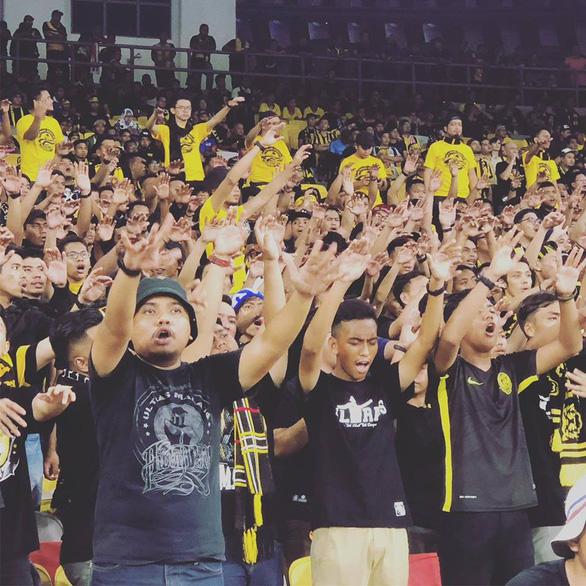 CĐV Việt Nam và Malaysia khẩu chiến kịch liệt trước chung kết lượt đi - Ảnh 1.