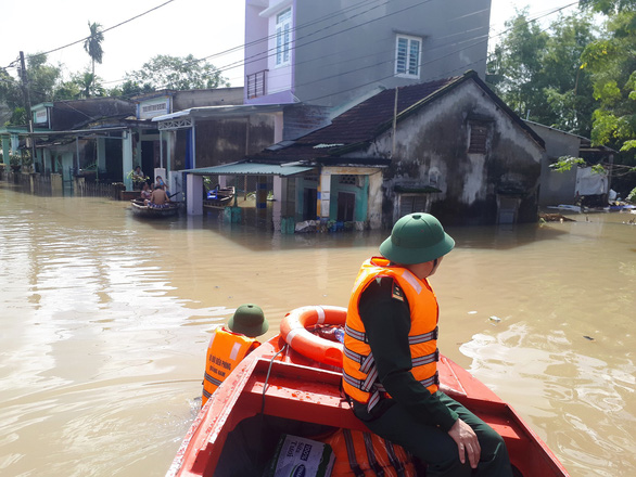 Bộ đội vượt lũ dữ cứu trợ dân Quảng Nam bị cô lập - Ảnh 9.
