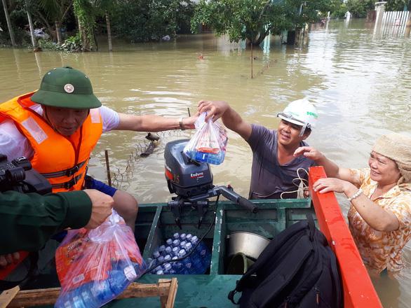 Bộ đội vượt lũ dữ cứu trợ dân Quảng Nam bị cô lập - Ảnh 10.