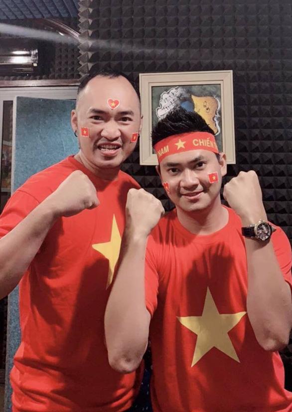 Quyền Linh mua áo đỏ, cờ đỏ chờ đêm nay - Ảnh 1.