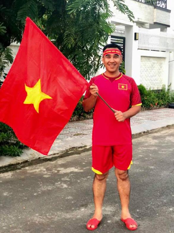 Quyền Linh mua áo đỏ, cờ đỏ chờ đêm nay - Ảnh 2.