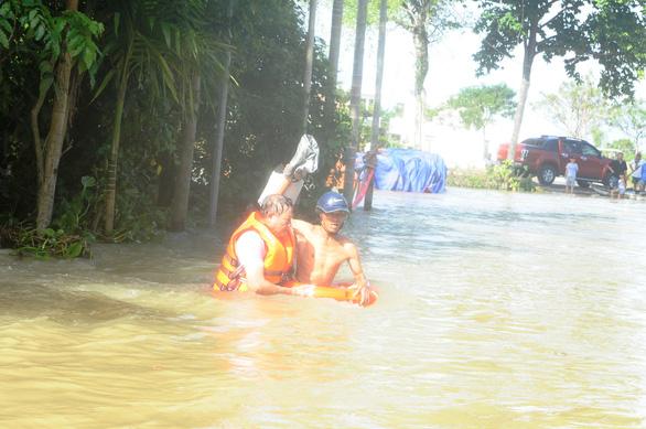 Bộ đội vượt lũ dữ cứu trợ dân Quảng Nam bị cô lập - Ảnh 13.