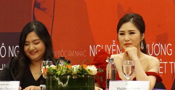 Hương Tràm khóc nghẹn nghe cha nói trong họp báo live show - Ảnh 1.