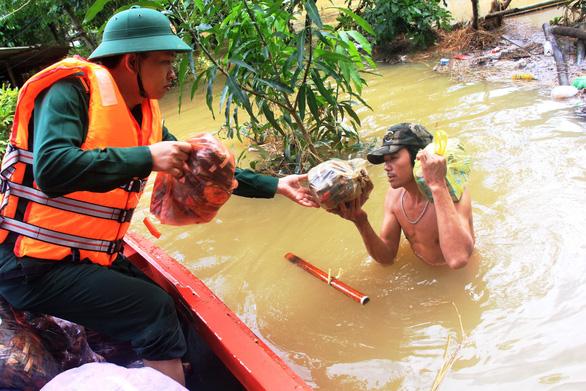 Bộ đội vượt lũ dữ cứu trợ dân Quảng Nam bị cô lập - Ảnh 6.