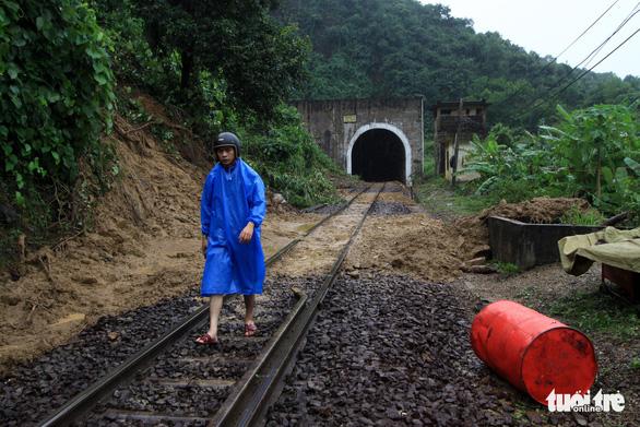 Trắng đêm cứu đường sắt qua đèo Hải Vân bị sạt lở - Ảnh 4.