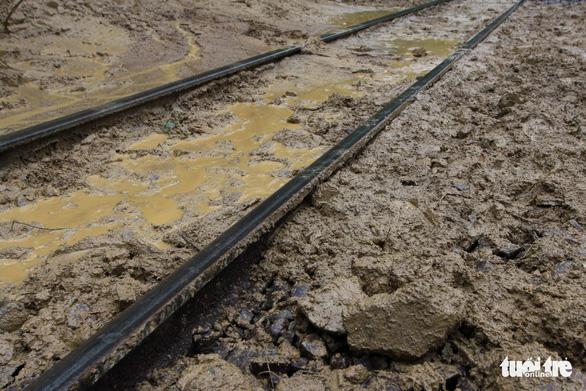 Trắng đêm cứu đường sắt qua đèo Hải Vân bị sạt lở - Ảnh 2.
