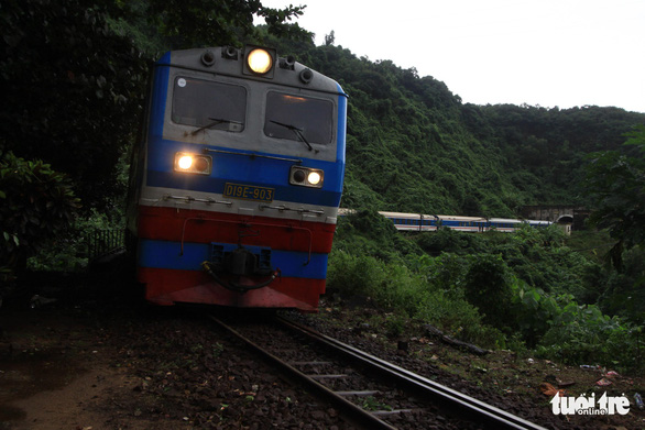 Trắng đêm cứu đường sắt qua đèo Hải Vân bị sạt lở - Ảnh 3.