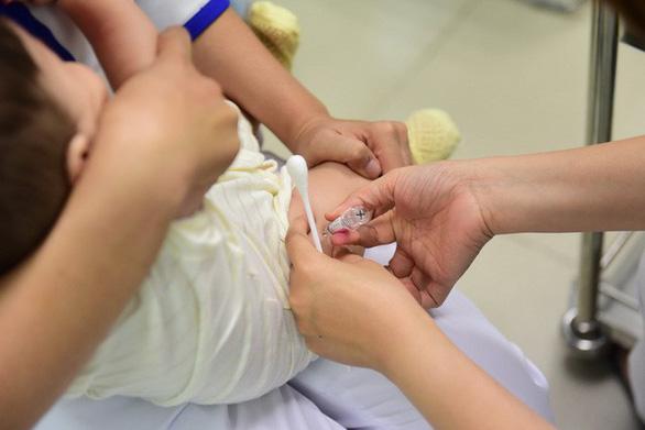 Thông tin trẻ tử vong do tiêm vắc xin ở Lào Cai không chính xác - Ảnh 1.