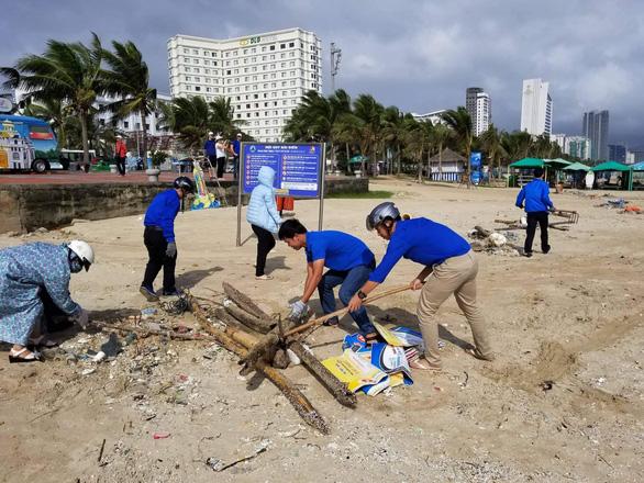 Hoa khôi sinh viên Việt Nam dọn vệ sinh bãi biển sau mưa lũ - Ảnh 4.