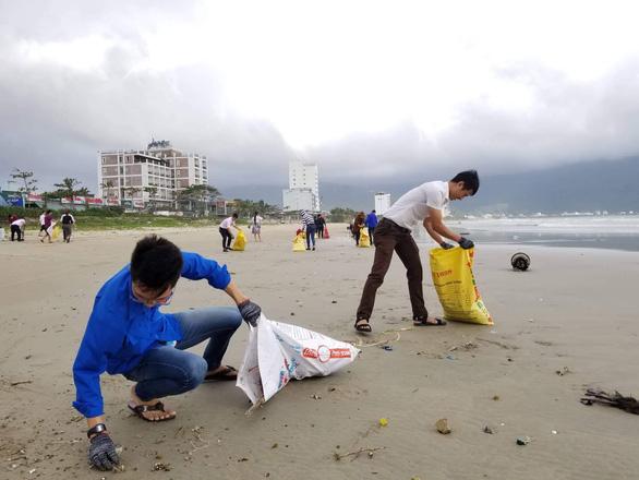 Hoa khôi sinh viên Việt Nam dọn vệ sinh bãi biển sau mưa lũ - Ảnh 5.