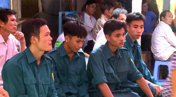 Tiếc thương dân quân trẻ thiệt mạng khi cứu cầu trong lũ ở Bình Định - Ảnh 3.