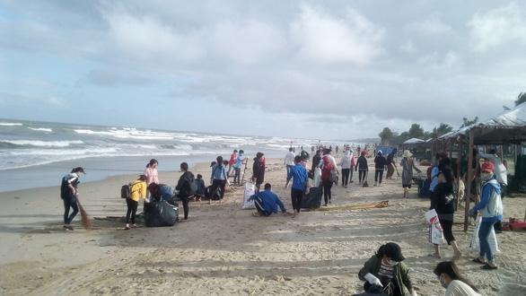 Hoa khôi sinh viên Việt Nam dọn vệ sinh bãi biển sau mưa lũ - Ảnh 6.