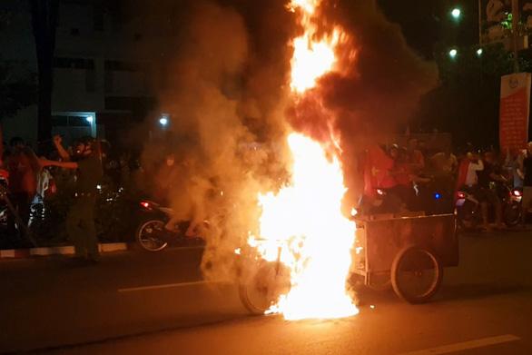 Xe ba gác đi bão bốc cháy ngùn ngụt trên đường phố Biên Hòa - Ảnh 1.