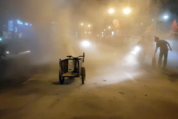 Xe ba gác đi bão bốc cháy ngùn ngụt trên đường phố Biên Hòa - Ảnh 2.