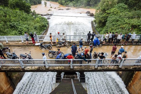 Hồ Phú Ninh tiếp tục xả nước điều tiết lũ - Ảnh 2.