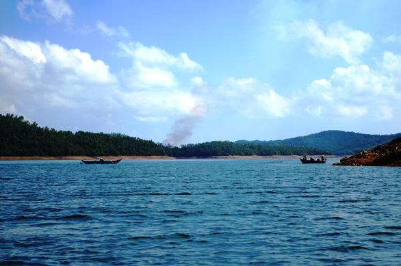 Hồ Phú Ninh xả nước điều tiết lũ - Ảnh 1.