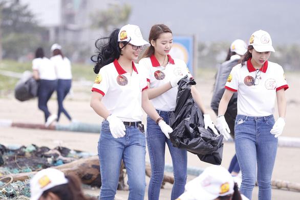 Hoa khôi sinh viên Việt Nam dọn vệ sinh bãi biển sau mưa lũ - Ảnh 2.