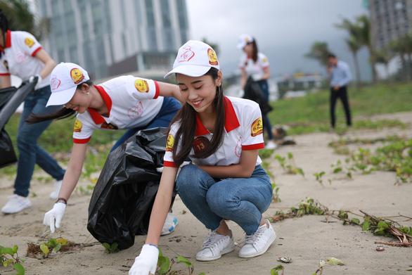 Hoa khôi sinh viên Việt Nam dọn vệ sinh bãi biển sau mưa lũ - Ảnh 1.