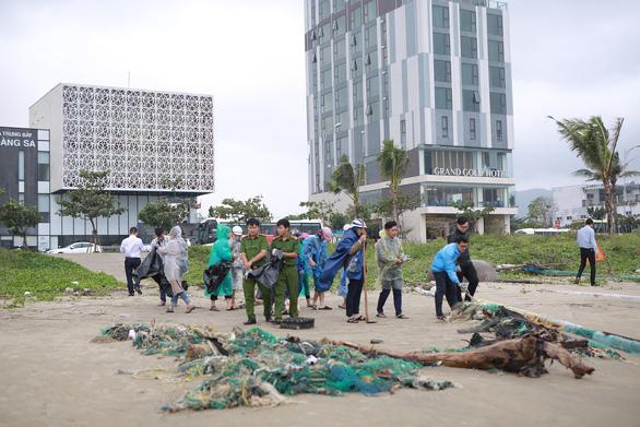 Hoa khôi sinh viên Việt Nam dọn vệ sinh bãi biển sau mưa lũ - Ảnh 7.