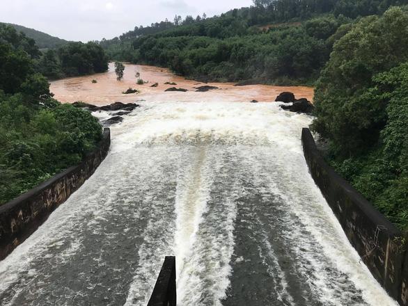 Hồ Phú Ninh tiếp tục xả nước điều tiết lũ - Ảnh 1.