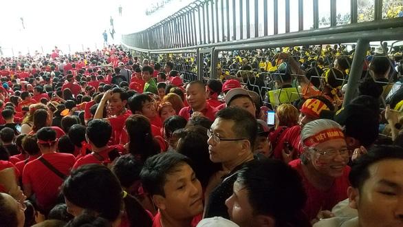 Khách Việt coi bóng đá qua hàng rào, đòi Malaysia bồi thường! - Ảnh 3.