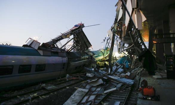 Xe lửa cao tốc bật đè cầu vượt ở Thổ Nhĩ Kỳ, 7 người thiệt mạng - Ảnh 3.