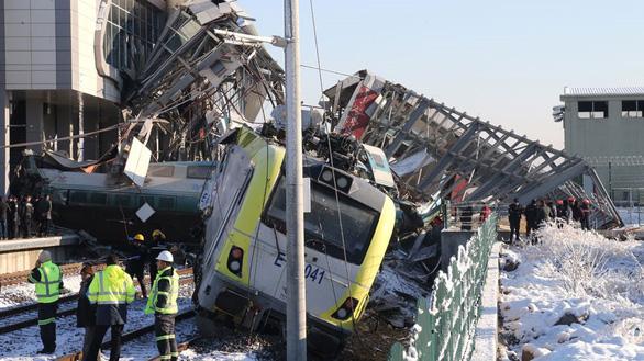 Xe lửa cao tốc bật đè cầu vượt ở Thổ Nhĩ Kỳ, 7 người thiệt mạng - Ảnh 5.
