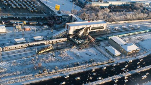 Xe lửa cao tốc bật đè cầu vượt ở Thổ Nhĩ Kỳ, 7 người thiệt mạng - Ảnh 4.