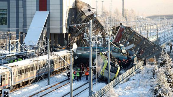 Xe lửa cao tốc bật đè cầu vượt ở Thổ Nhĩ Kỳ, 7 người thiệt mạng - Ảnh 1.