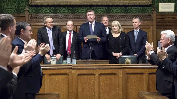 Phe phản đối hoãn binh, bà Theresa May tạm thoát nạn - Ảnh 3.