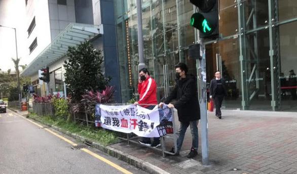 Giăng biển đòi nợ Lưu Đức Hoa giữa đường phố Hong Kong - Ảnh 4.