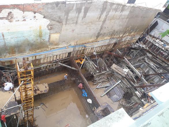 Đào tầng hầm xây nhà làm sụt móng, nghiêng 4 nhà lân cận - Ảnh 1.