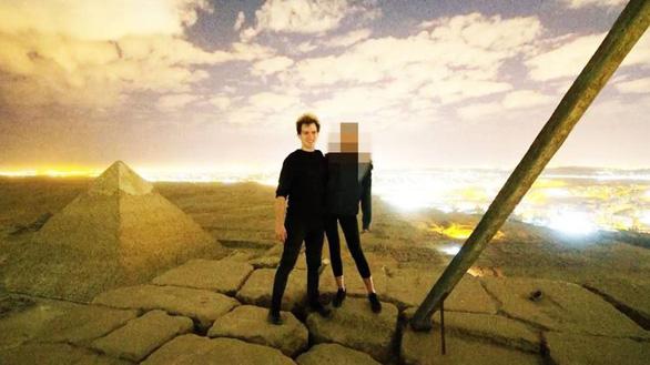 Ai Cập bắt 2 người dính đến vụ du khách khỏa thân trên kim tự tháp - Ảnh 1.