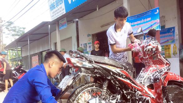 Rửa xe gây quỹ giúp người hoạn nạn - Ảnh 1.
