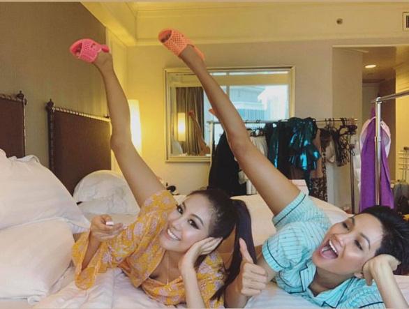 Livestream với hoa hậu Hàn Quốc, H'Hen Niê gây sốt vì... dễ thương  - Ảnh 1.