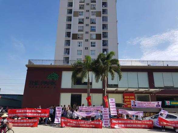 Cư dân The Park Residence giăng băngrôn phản đối chủ đầu tư - Ảnh 1.