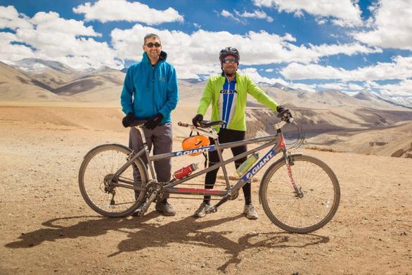 Người mù đạp xe trên dãy Himalaya - Ảnh 1.