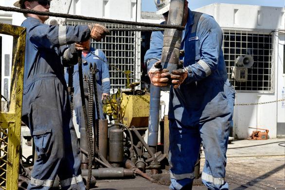 Giá dầu tiếp tục giảm, OPEC bất lực - Ảnh 1.