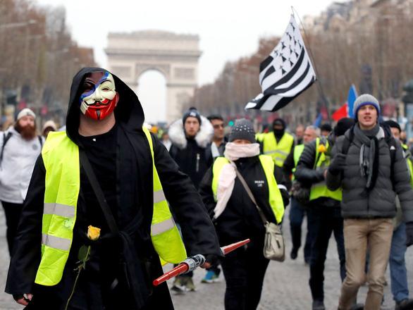 Biểu tình tiếp tục, giới kinh doanh Pháp khóc ròng - Ảnh 1.