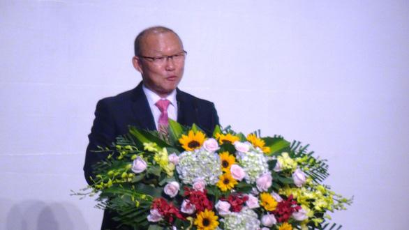 Ông Park dùng 100.000 USD tiền thưởng cho người nghèo và bóng đá - Ảnh 2.