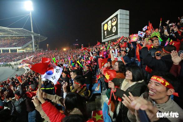 Biển người ở Mỹ Đình sau khi Việt Nam vô địch AFF CUP 2018 - Ảnh 2.