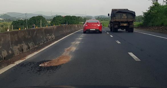 Vá tạm ổ voi trên QL1 qua Phú Yên 2-3 ngày rồi... sửa tiếp - Ảnh 1.