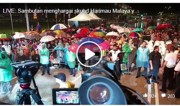CĐV Malaysia đội mưa đón đội nhà trở về - Ảnh 2.