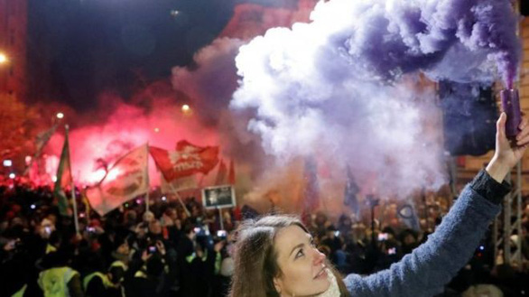 Hàng chục ngàn người biểu tình phản đối luật lao động tại Hungary - Ảnh 1.