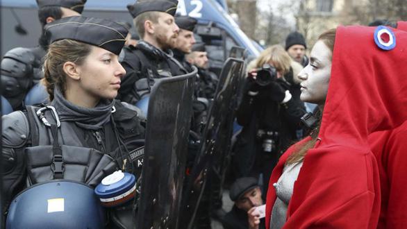 Cảnh sát Pháp cũng đòi biểu tình - Ảnh 1.