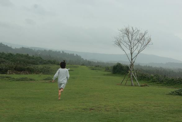 Đến Phú Yên chạy chân trần trên đồi cỏ xanh - Ảnh 1.