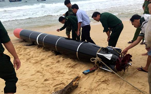 Phát hiện vật thể giống ngư lôi dạt vào bờ biển Phú Yên - Ảnh 1.