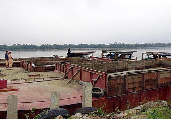 Bắt 5 tàu khai thác cát trái phép trên sông Thu Bồn - Ảnh 1.