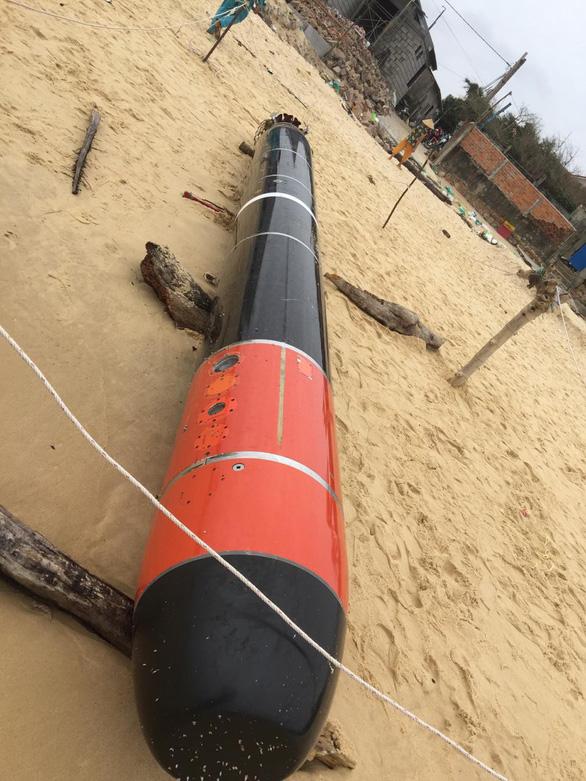 Phát hiện vật thể giống ngư lôi dạt vào bờ biển Phú Yên - Ảnh 6.